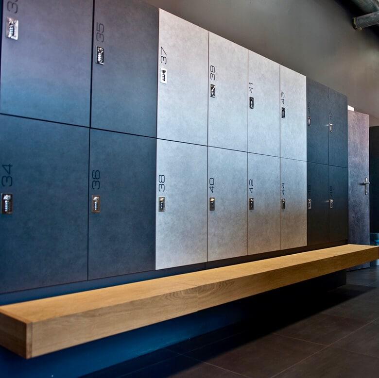 Moderne Spinde und Garderobenschränke auf einer Bank — ATEPAA® Sport